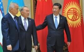 Слева направо: президент Узбекистана Ислам Каримов, президент Казахстана Нурсултан Назарбаев, президент Китая Си Цзиньпин. Бишкек, 13 сентября 2013 года.