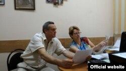 Руководитель Сочинского городского отделения КПРФ Игорь Васильев во время сдачи документов на регистрацию как кандидат в депутаты ЗСК, 19 июля 2017 года