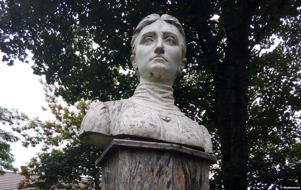 Пам'ятник Ользі Кобилянській на її батьківщині в місті Ґура-Гуморі (Румунія)