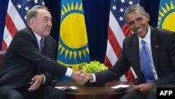 Президент Казахстана Нурсултан Назарбаев (слева) на встрече с президентом США Бараком Обамой в Нью-Йорке, 29 сентября 2015 года.