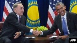 Қазақстан президенті Нұрсұлтан Назарбаев (сол жақта) АҚШ президенті Барак Обамамен кездесіп отыр. Көрнекі сурет