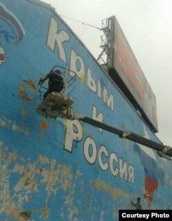 """Граффити прокремлевского движения """"Сеть"""" на Таганской площади в Москве"""