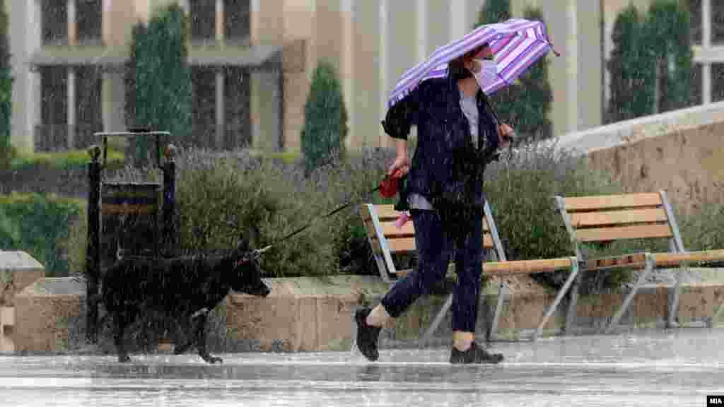 МАКЕДОНИЈА - Од 5 август попладне се очекува промена на времето со пороен дожд, грмежи и засилен ветер. Локално можна е појава на невреме со пообилен пороен дожд, силни електрични празнења, град и силен ветер со над 80 километри на час.