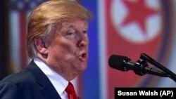 АҚШ президенті Дональд Трамп Солтүстік Корея басшысы Ким Чен Ынмен кездесуінен соң баспасөз мәслихатында сөйлеп тұр. Сингапур, 12 маусым 2018 жыл.