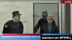 Экс-президент Армении Серж Саргсян явился в зал суда, Ереван, 25 февраля 2020 г.