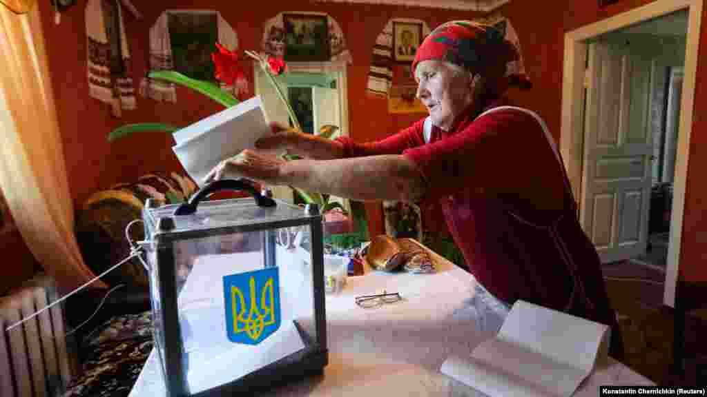 Женщина голосует на дому, селоВеликая Бугаевка, Киевская область