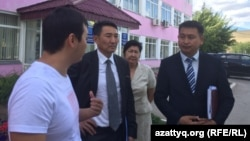 Заместитель акима города Актобе Нагымжан Алдияров и начальник департамента экологии Актюбинской области Жаксыгали Иманкулов беседуют с местными активистами. Актобе, 27 июля 2017 года.