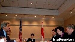 АКШ сенатору Жон Керри грузин оппозициясынын лидерлери Леван Гачечиладзе жана Нино Буржанадзе менен жолугушуу учурунда.Тбилиси,13-декабрь 2008-жыл.