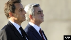 Armenia -- President Serzh Sarkisian (R) and his French counterpart Nicolas Sarkozy during a welcoming ceremony at the Tsitsernakaberd Armenian Genocide Memorial Museum in Yerevan, 06Oct2011