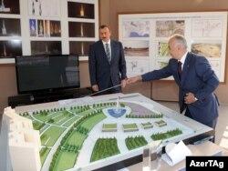 Prezident İlham Əliyev Bakının Nizami rayonunda tikinti işləri ilə tanış olur, 30 sentyabr 2010