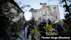 Рятувальники на місці одного з завалів, Албанія, 26 листопада 2019 року