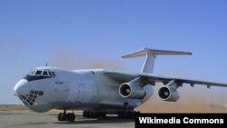 Россиянинг ИЛ-76 русумидаги юк ташувчи самолёт.