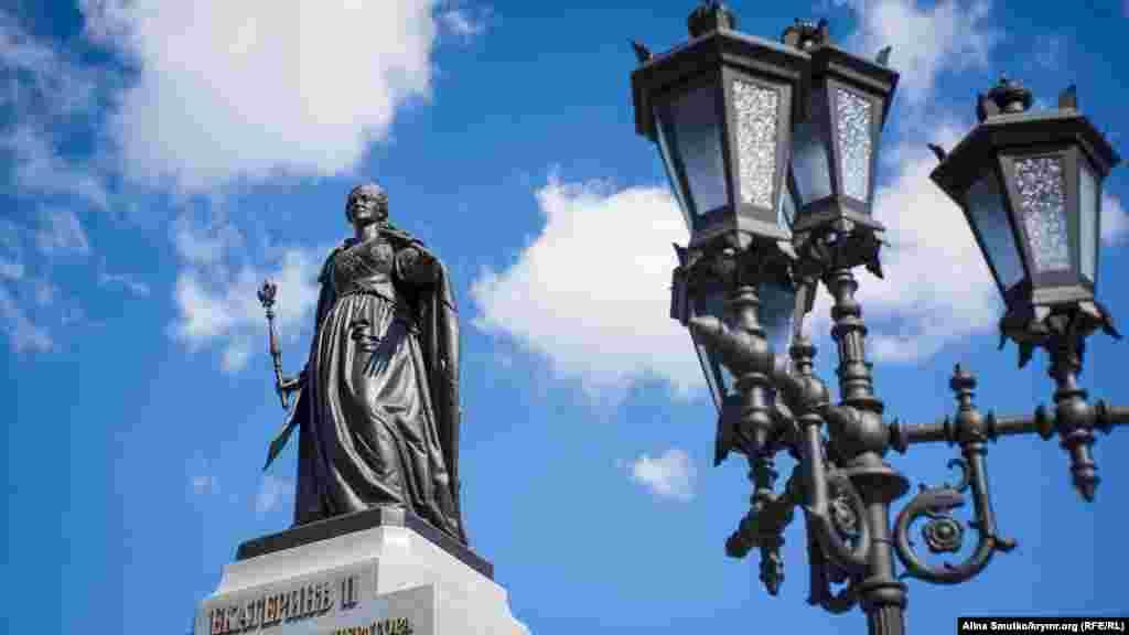 Пам'ятник Катерині II. У серпні 2016 року в сімферопольському Центральному парку культури і відпочинку відкрили відновлений пам'ятник цариці Катерині II. На його виготовлення витратили понад 45 мільйонів рублів