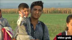 Migrantët janë nisur në drejtim të Kroacisë, pasi Hungaria e ka mbyllur kufirin me Serbinë