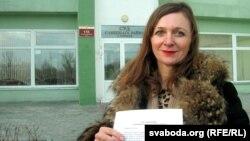 Ларыса Шчыракова з судовым пратаколам