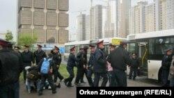 Полиция борышкерлерді көлікке күштеп мінгізіп жатыр. Астана, 22 мамыр 2013 жыл.