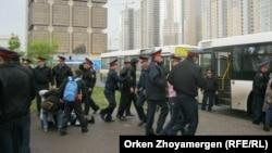 Полиция наразылық акциясына шыққан борышкерлерді автобусқа күштеп мінгізіп жатыр. Астана, 22 мамыр 2013 жыл. (Көрнекі сурет)