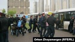 Полиция задерживает участников акции протеста дольщиков. Астана, 22 мая 2013 года.