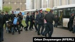 Полиция митингіге шыққан үлескерлерді көлікке күштеп мінгізіп жатқан кез. Астана, 22 мамыр 2013 жыл. (Көрнекі сурет)