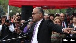 На митинге в пятницу Ованнисян пригласил ряд политических сил в следующую пятницу провести встречу, чтобы определить дальнейшие действия по созданию единого общенационального фронта