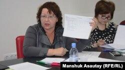 Қазіргі депутат Ирина Смирнова №48 мектеп-гимназияның директоры кезінде. Алматы, 30 қаңтар 2015 жыл.