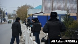 Полицейские рядом со зданием суда, где разбирается дело о вооруженных нападениях 5 июня. Актобе, 24 октября 2016 года.