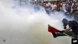 Тысячи демонстрантов попытались заблокировать доступ депутатов к парламенту