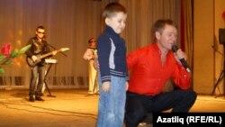 """Равил Галиев """"Җырлыйк әле"""" тапшыруын уйната"""