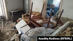 Обломки заполнили дом в азербайджанском городе Гянджа, который был поражен ракетой, выпущенной из Армении 11 октября. Обе стороны понесли военные и гражданские потери в результате боевых действий, разразившихся в конце сентября.