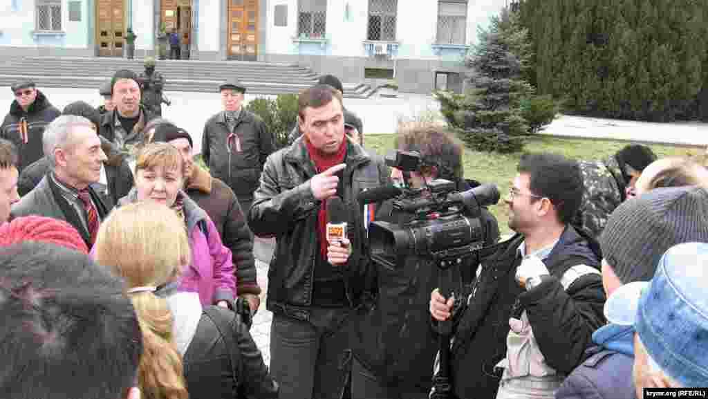 При цьому основним своїм завданням ці «активісти» вважають, як це не дивно, переконати кожного журналіста, що саме вони і є справжніми кримчанами, а їхня думка – глас народу. Тому кожен журналіст, який з'явився на площі, щоб дізнатися думку «мітингувальників», миттєво опиняється в компанії двох-трьох «кураторів», які пильно стежать за діями журналіста, буквально прилипнувши до нього.