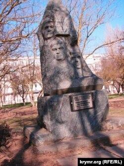 Памятник погибшему экипажу самолета-разведчика Ту-22 в центре бывшего закрытого авиагарнизона «Саки-4»