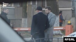 Третій чоловік в тій компанії – за спостереженнями журналістів, ледь не найчастіший відвідувач міністерства наприкінці березня. Це – Володимир Сало