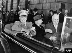 'Točno je da sa odlaskom Staljina i dolaskom Nikite Hruščova nisu odstranjeni svi izvori hegemonije i sovjetske potencijalne ekspanzije. Tito je mislio da može više utjecati na njega nego što je bilo realno.' (Na fotografiji Tito i Hruščov u Moskvi 1956)