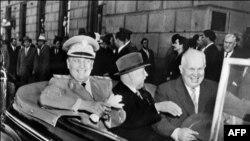 Mareşalul Josip Broz Tito (stânga), sosind la Moscova, 3 iunie 1956, acompaniat de Kliment Voroşilov (dreapta) şi Nikita Hruşciov