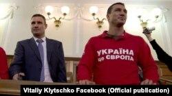 Ради счастья народа Виталий Кличко оставил спортивную карьеру. Его брат Владимир в октябре 21013 года победил российского боксера Александра Поветкина