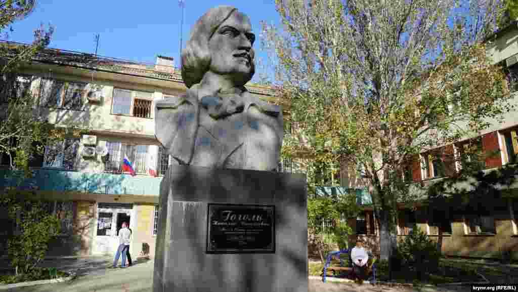 Бюст Миколи Гоголя перед будівлею міськадміністрації. Великий письменник лікувався в Саках у 1835 році