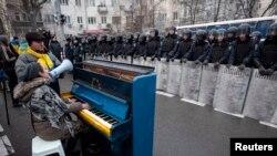 """""""Евромайдан""""да протест белдерүче 7 декабрьдә милиция каршында пианода уйный һәм җырлый"""