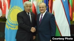 Kazakh Foreign Minister Erlan Idrisov (left) and his Uzbek counterpart, Abdulaziz Kamilov