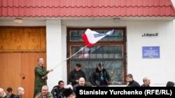 Пророссийские активисты блокируют украинскую военную часть в Симферополе, 5 марта 2014 года