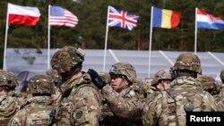 Військові США готуються до урочистої церемонії на полігоні біля Ожиша, 13 квітня 2017 року