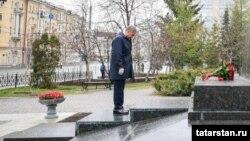 Татарстан президенты Рөстәм Миңнеханов Тукай һәйкәленә ялгызы гына чәчәк сала