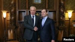Николай Азаров и Дмитрий Медеведев на встрече в Москве 24 декабря 2013 года