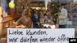 """Vitrina unui magazin de ceaiuri și vinuri din Germania pe care scria """"Dragi clienți, ne este permis să redeschidem în curând"""""""