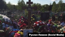 Могила Антона Савельева, предположительно погибшего на Украине 4-5 мая 2015 года
