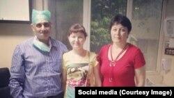 Lyudmila Pimenova (në mes) së bashku me nënën e saj dhe doktorin indian, që ka kryer operacionin e saj.