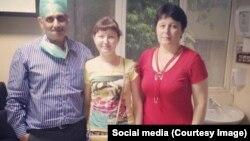 Людмила Пименова анасымен және жүрегіне трансплантация жасаған дәрігері Балакришнанмен бірге.