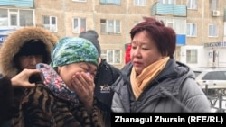 Родственники убитой Асем Эльбрусовой и Дина Смаилова, глава общественного фонда «НеМолчиKZ» (справа) у здания суда. Актобе, 20 декабря 2019 года.