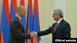 Armenia -- President Serzh Sarkisian hands the GIT Award to Nest Labs co-founderTony Fadell, Yerevan, 16Nov2017