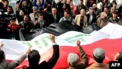 متظاهرون في ساحة التحرير 24 شباط 2012