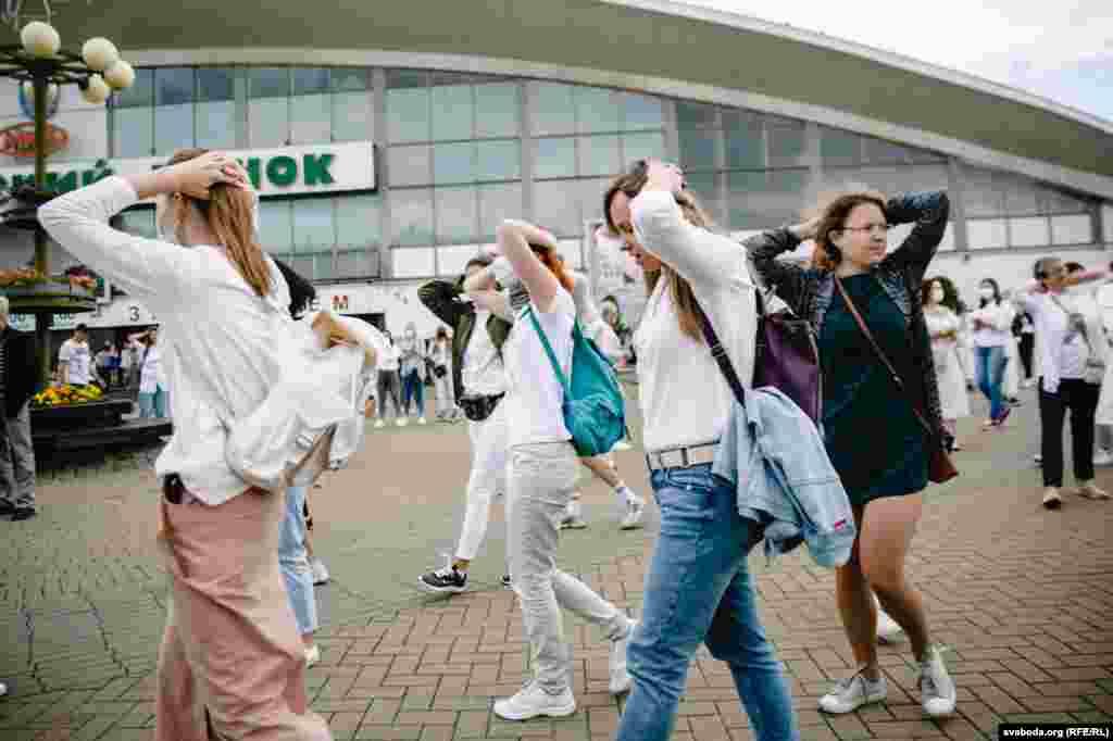 Деякі учасниці акції закинули руки за голову і скандували представникам міліції: «Забирай»